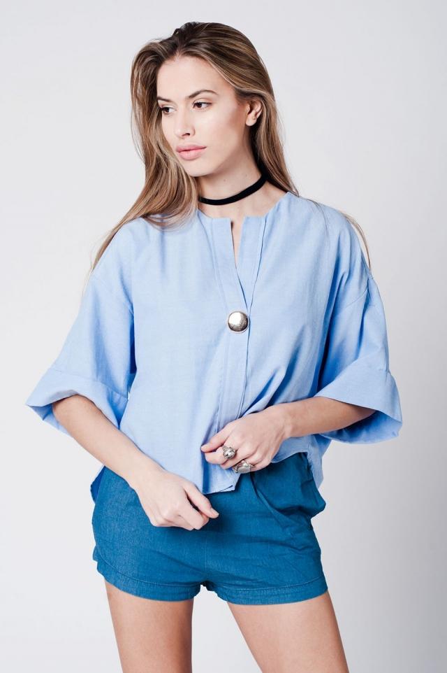 Top de cotone blu con spilla