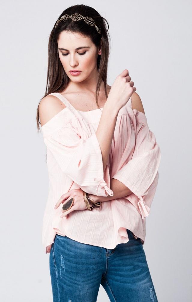 Con spalle scoperte top in pizzo rosa con maniche angelo