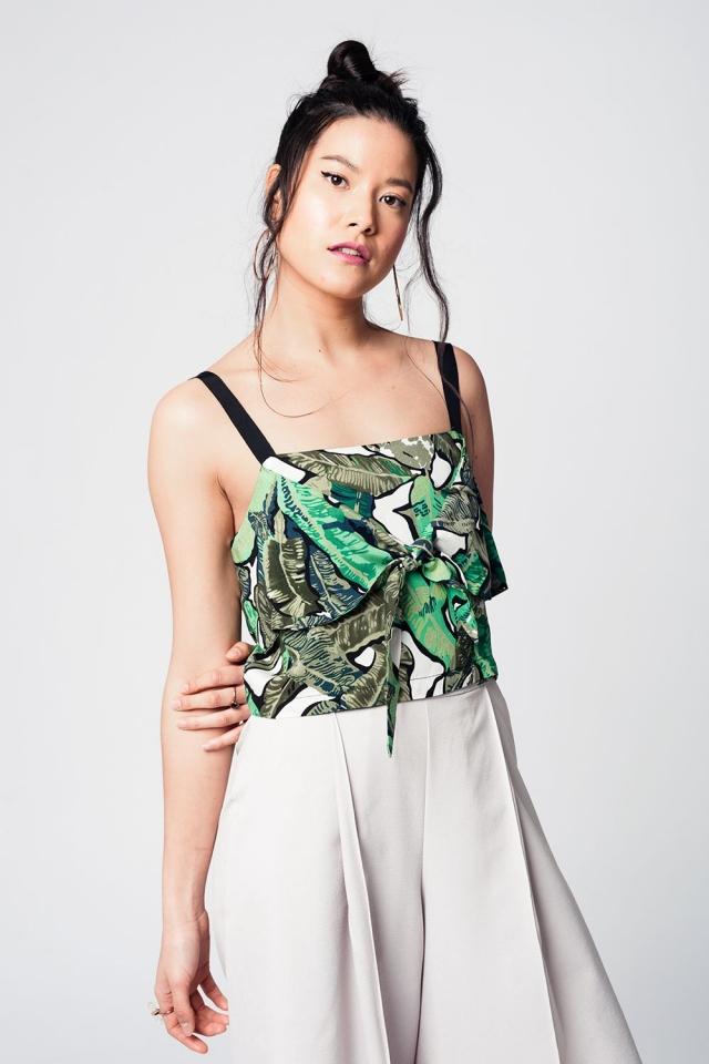 Breve camicetta verde di stampa con le foglie e le bretelle nere