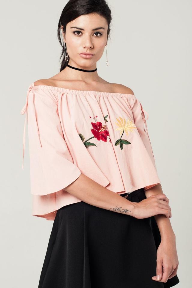 Top corto rosa con spalle scoperte e ricamato de floral