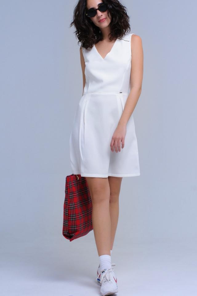 Vestito bianco con dettagli all'uncinetto e nastri