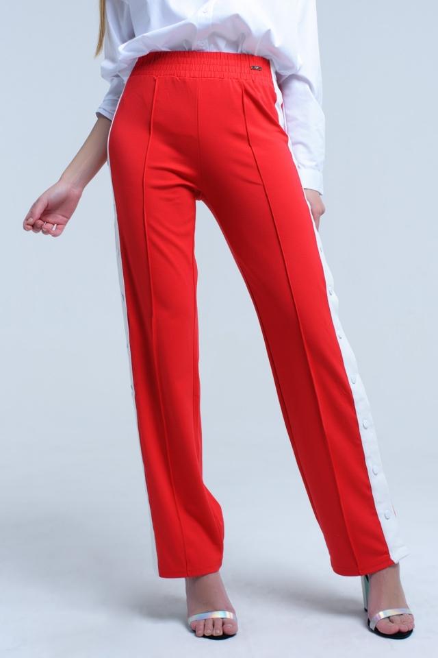 Pantaloni rossi con aperture laterali e ganci