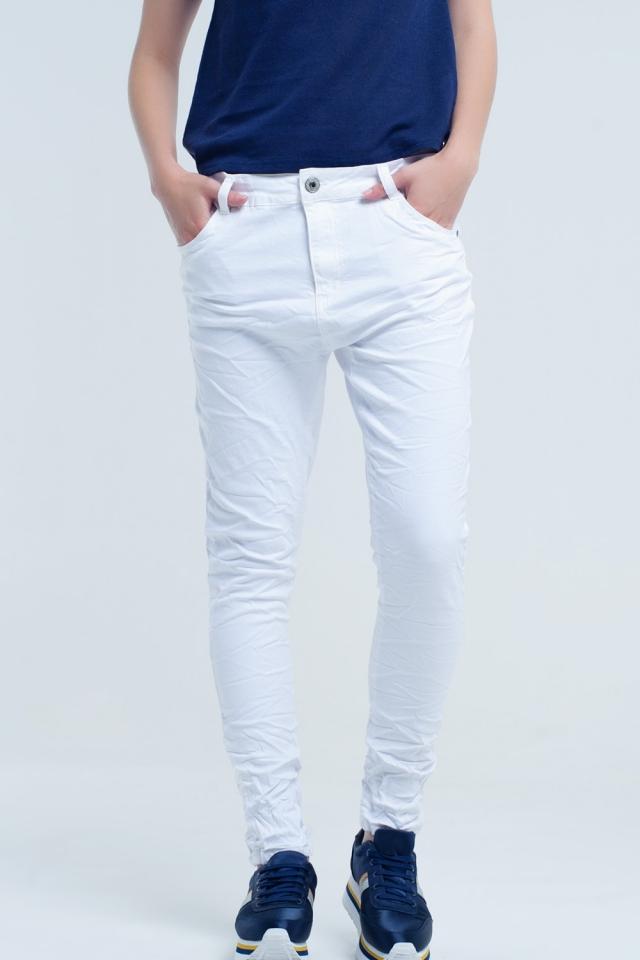 Jeans bianchi stropicciati con tasche