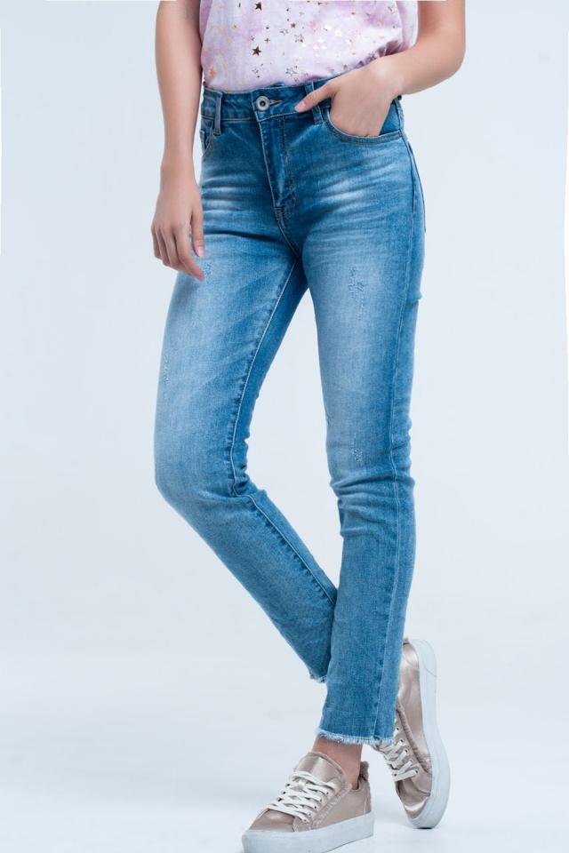 Jean blu chiaro sbiadito con il minimo sfilacciato