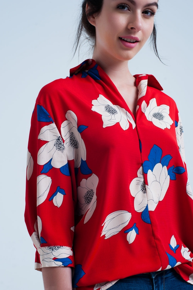 Camicia rossa con grandi fiori stampati