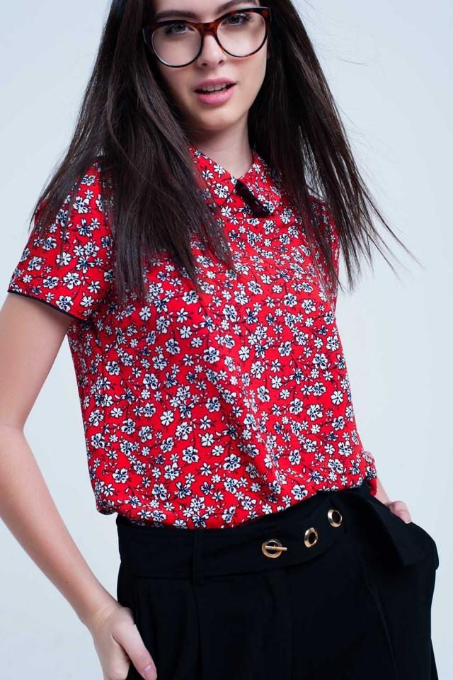 Camicia rossa con stampa di fiori bianchi