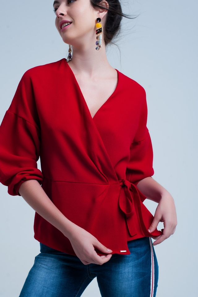 Camicia rossa con cravatta incrociata