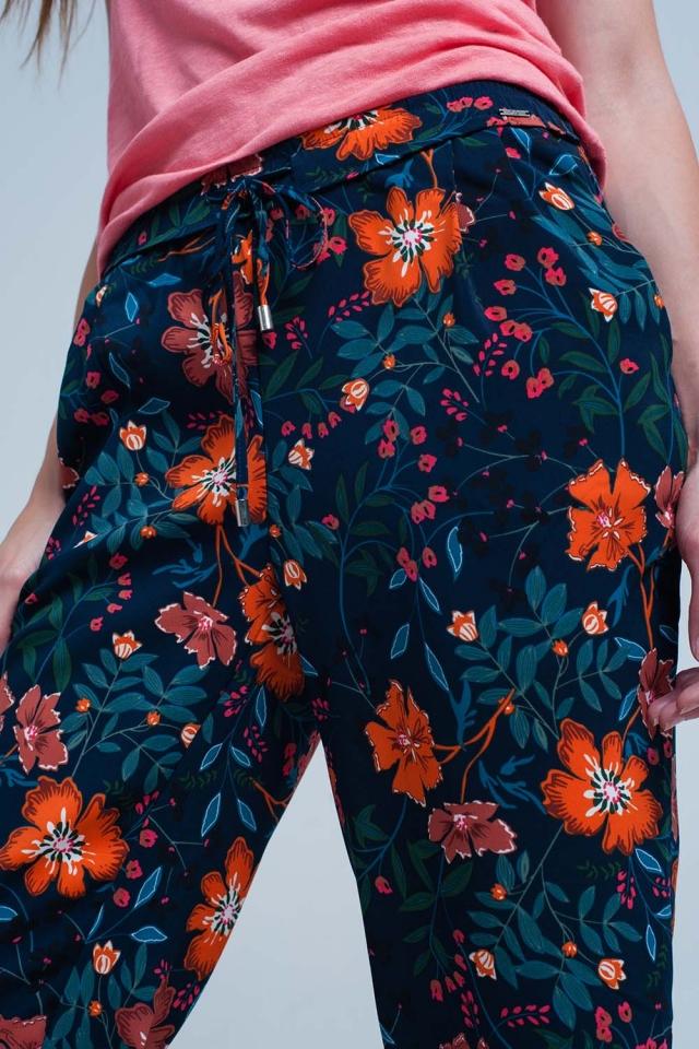 Pantaloni a fiori e cintura in vita