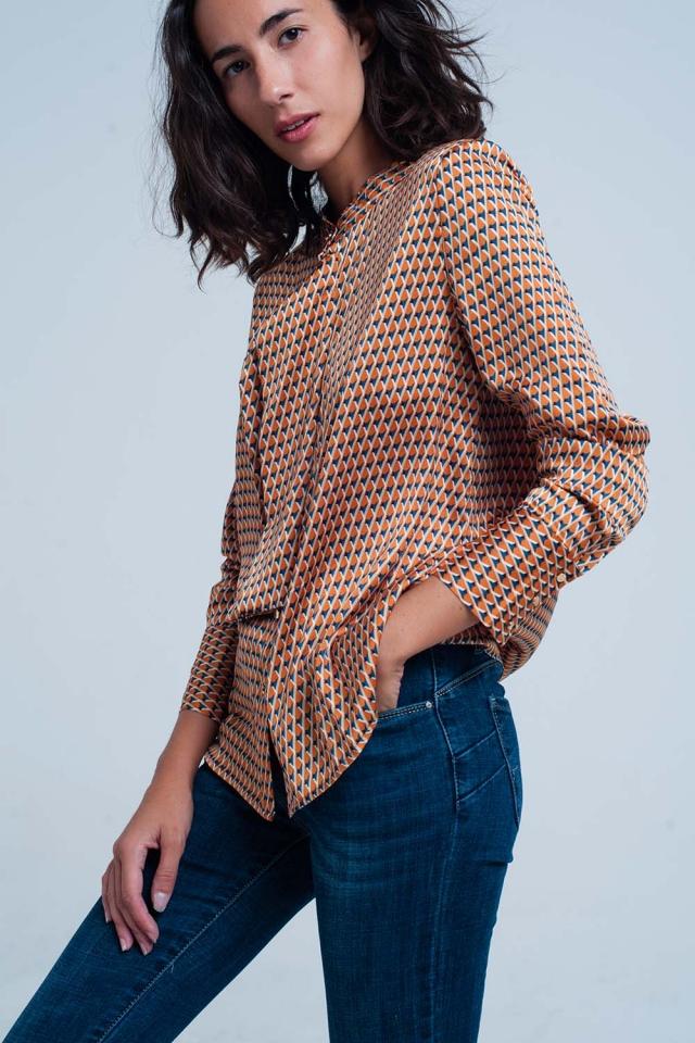 Blusa con fiocco sul davanti e stampa geometrica arancione