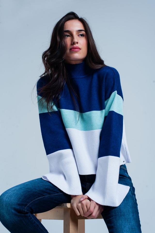 Maglione a righe blu con collo alto