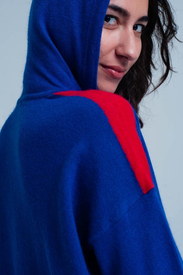 maglione con cappuccio blu con strisce laterali rosso
