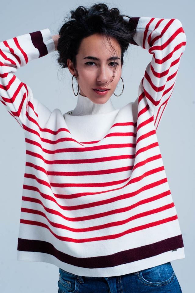 Maglione a righe rosse con collo alto a bottoni
