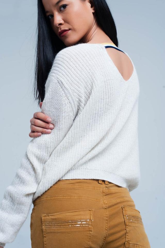 Maglione bianco con dettaglio aperto sul retro