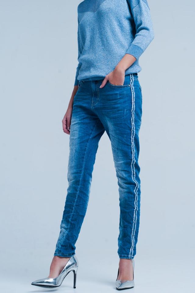 Jeans blu con striscia laterale sfilacciato