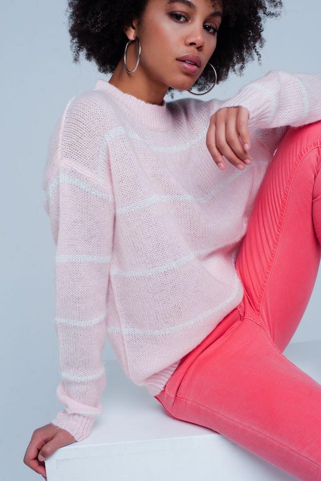 Maglione rosa a strisce con collo rotondo