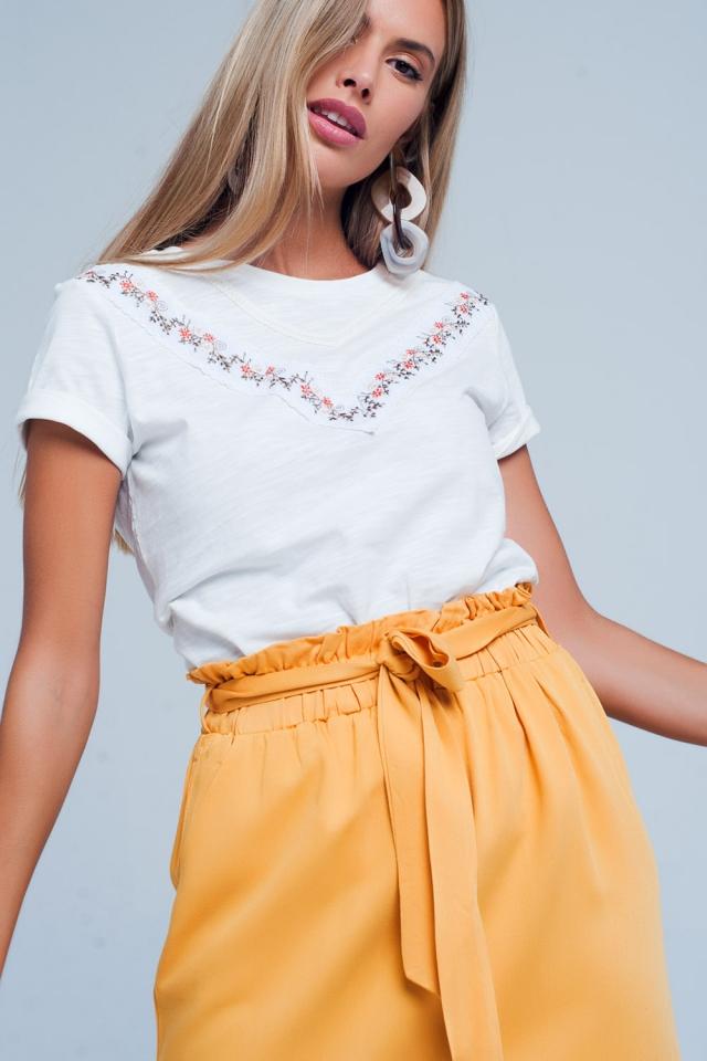 T-shirt bianco con fiore ricamato