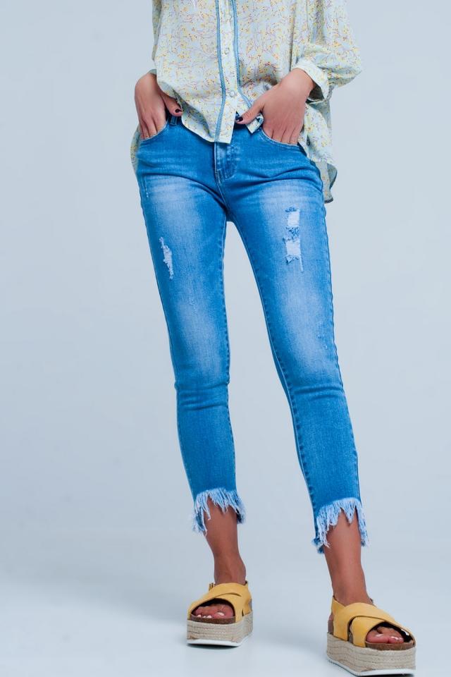 Jeans con fondo obliquo sfrangiato