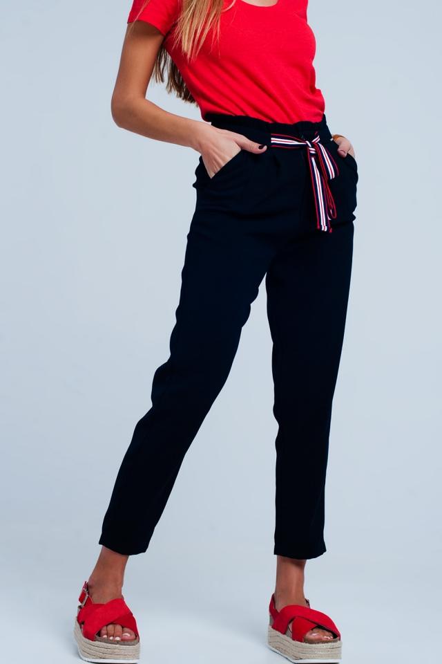 Pantaloni con vita raccolta e cintura da annodare in colore navy
