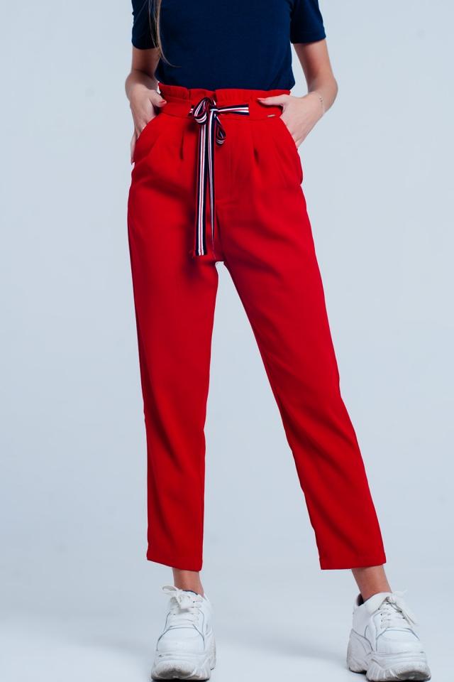 Pantaloni con vita raccolta e cintura da annodare in colore Rosso