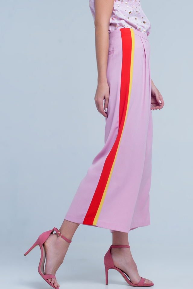 Pantaloni rosa con fondo ampio e riga laterale