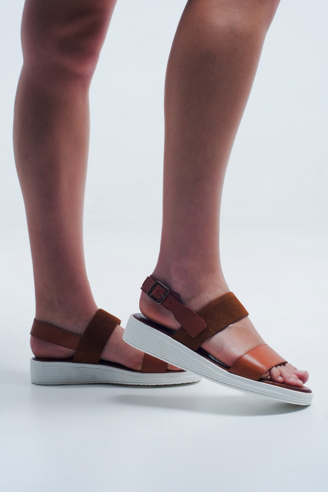 Sandali bassi color cammello con cinturino sul retro