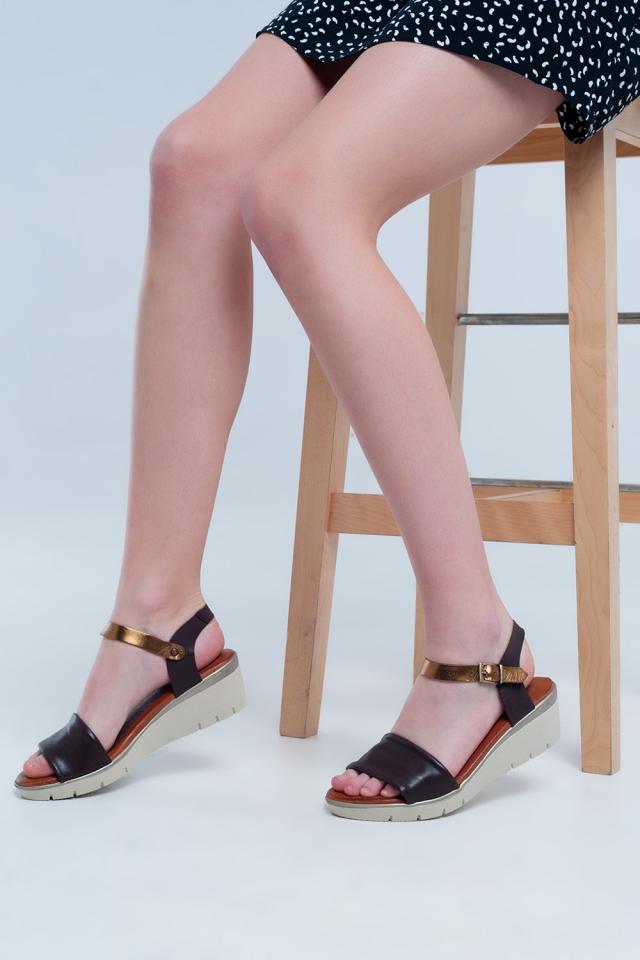 Sandali con zeppa in pelle color marrone