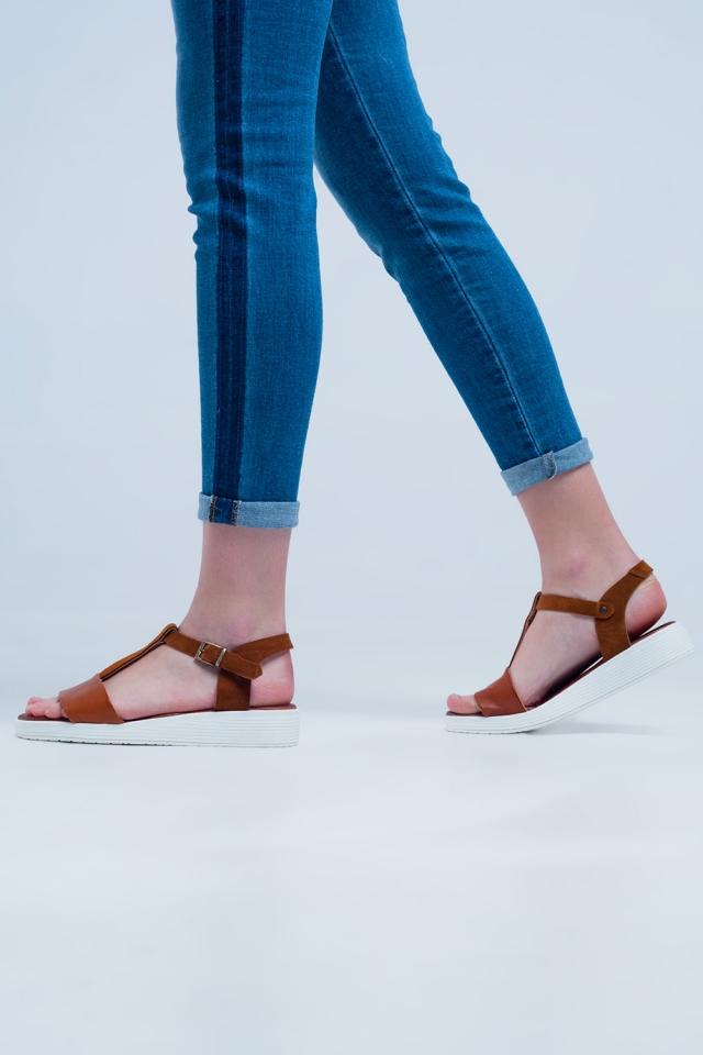 Sandali bassi con incroci in pelle color cammello