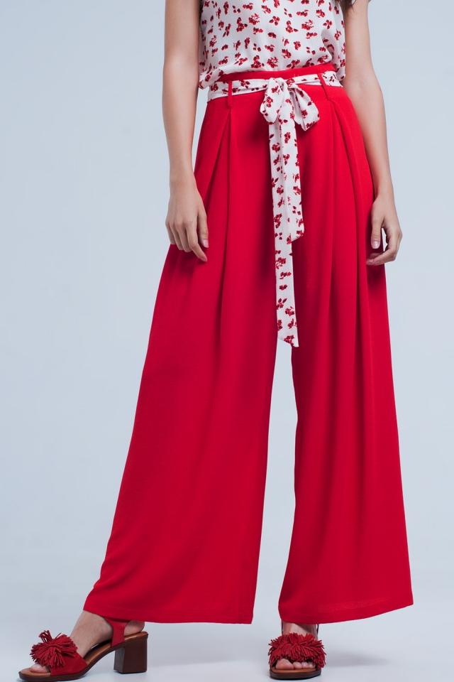 Pantaloni rosso plissettati con allacciatura in vita e fondo ampio