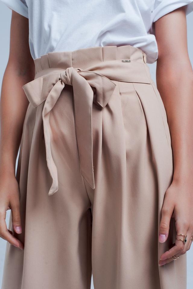 Pantaloni beige a fondo ampio con pieghe paperbag