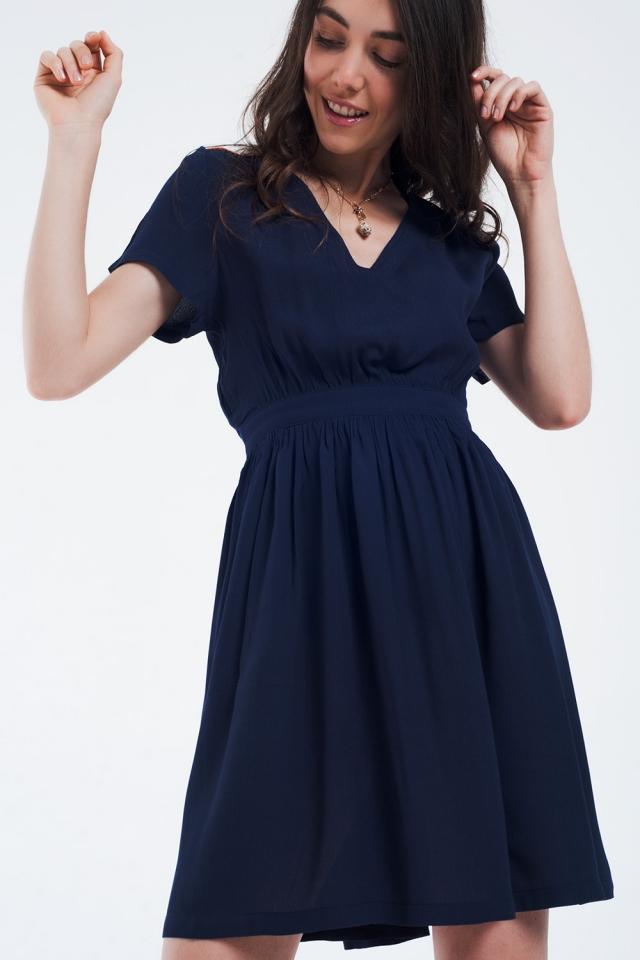 Mini abito blu navy con volo e dettaglio sulle spalle