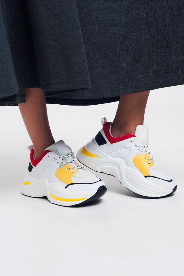 Scarpe da ginnastica bianche con dettagli gialli e rossi