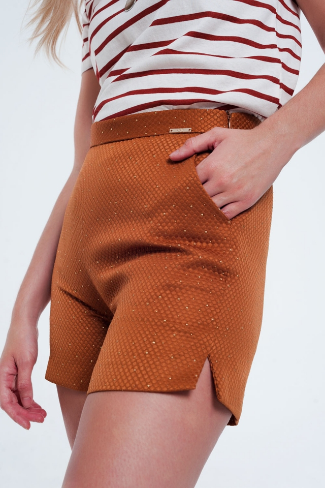 Pantaloncini arancio e oro a vita alta con decorazioni