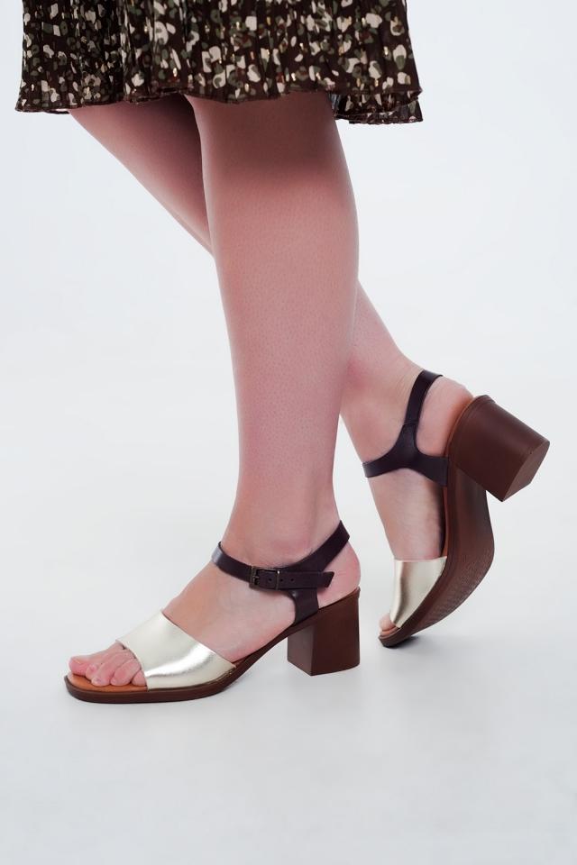 Sandali con tacco quadrati annodati alla caviglia sul d'oro