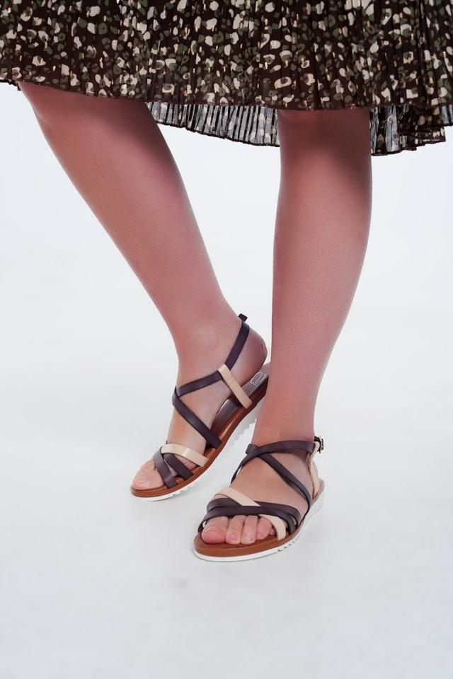 Sandali bassi color marrone con listini incrociati e cinturini