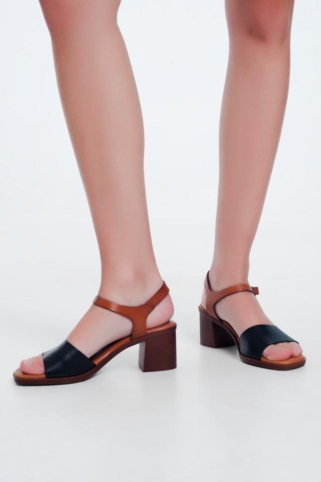 Sandali con tacco quadrati annodati alla caviglia sul nero