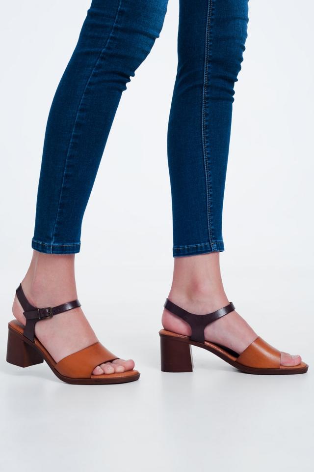Sandali con tacco quadrati annodati alla caviglia sul Cammello