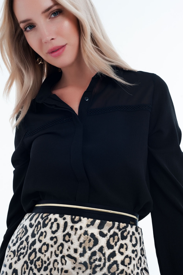 Camicia di colore nera con applicazione al petto