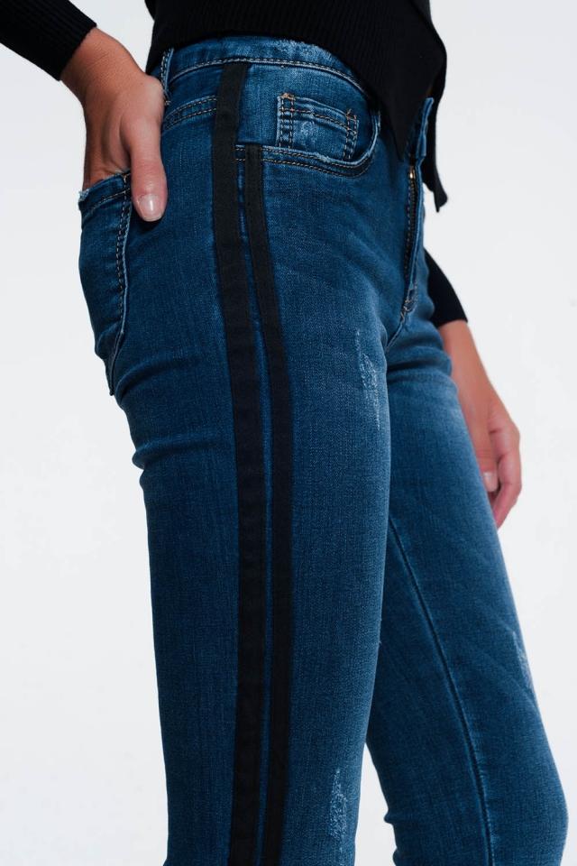 Jeans attillati con abrasioni e riga alterale