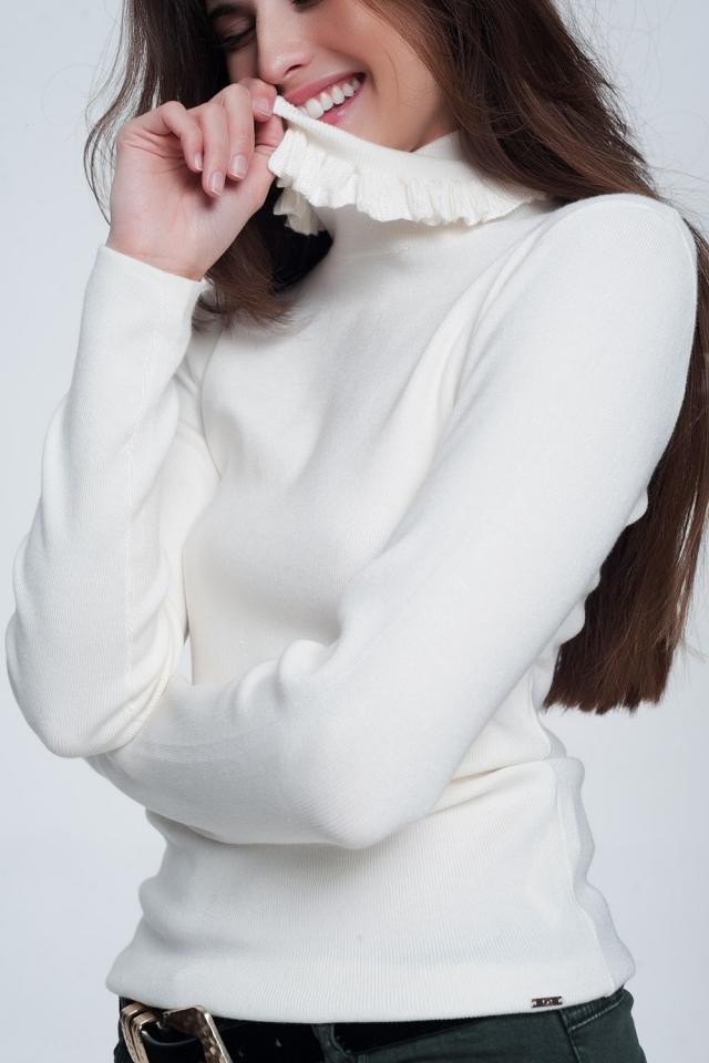 Maglione slim color crema coste con volant sul collo