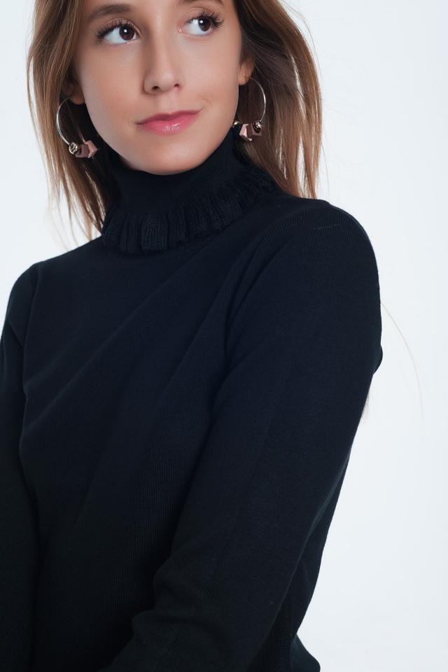 Maglione slim nera a coste con volant sul collo