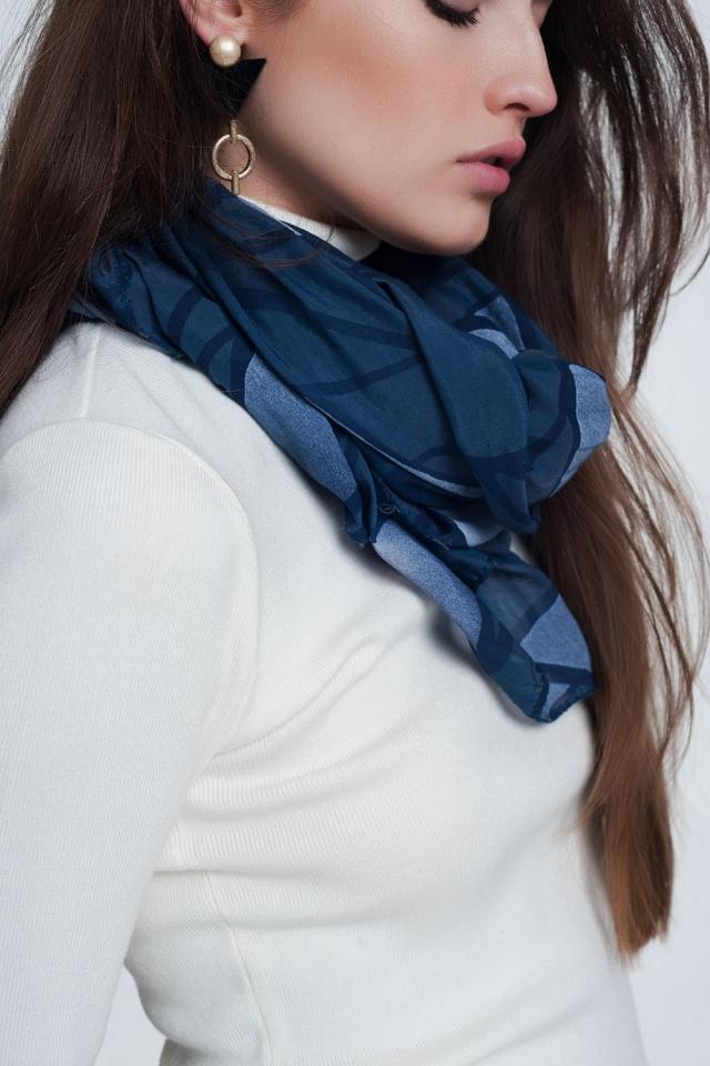 Sciarpa blu con stampa astratta