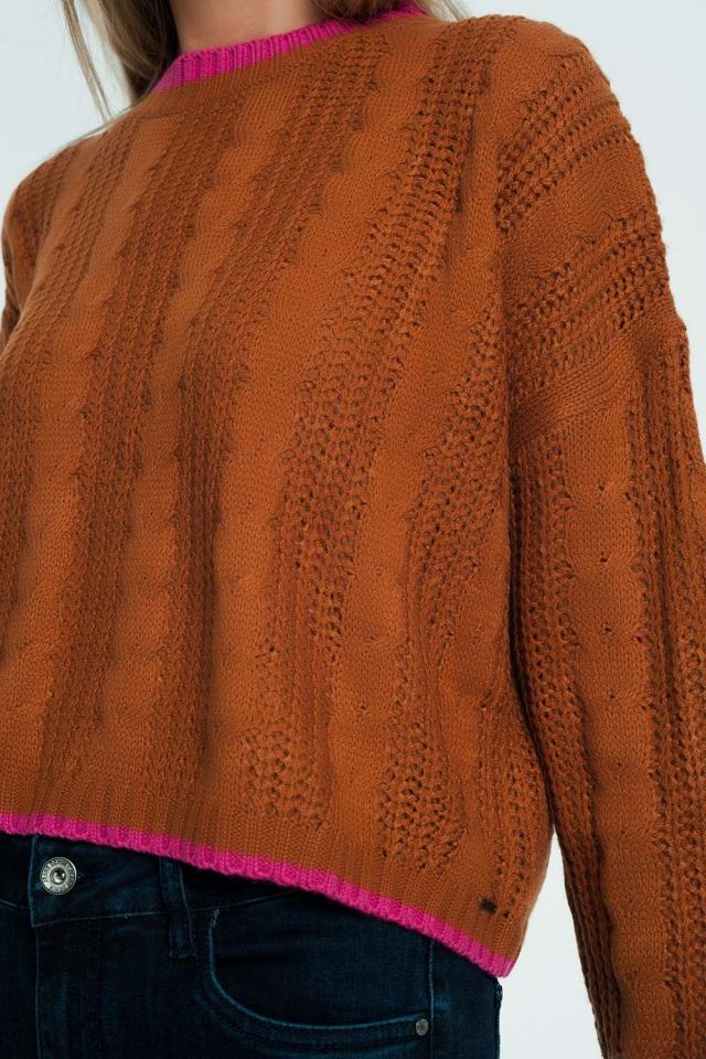 Maglione marrone lavorato a trecce con righe a contrasto