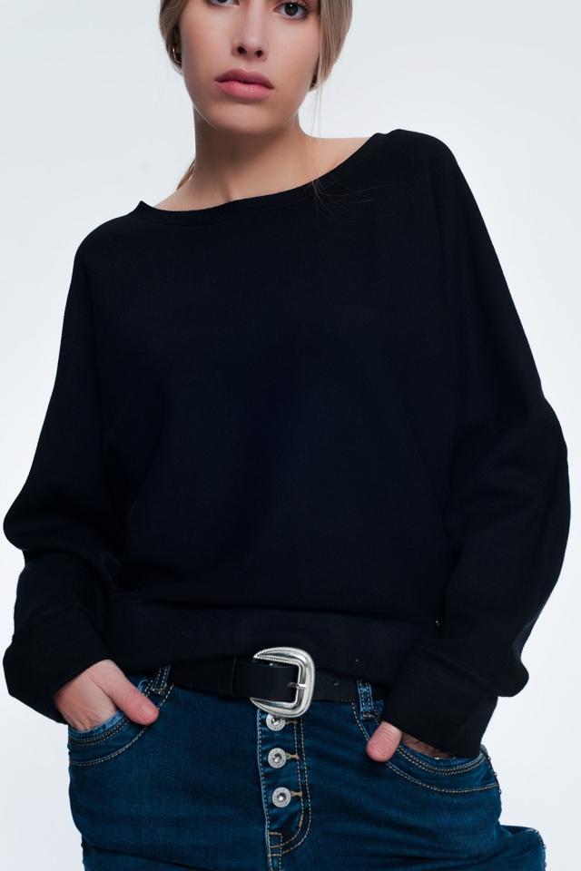 Maglione girocollo nero con spalle scivolate