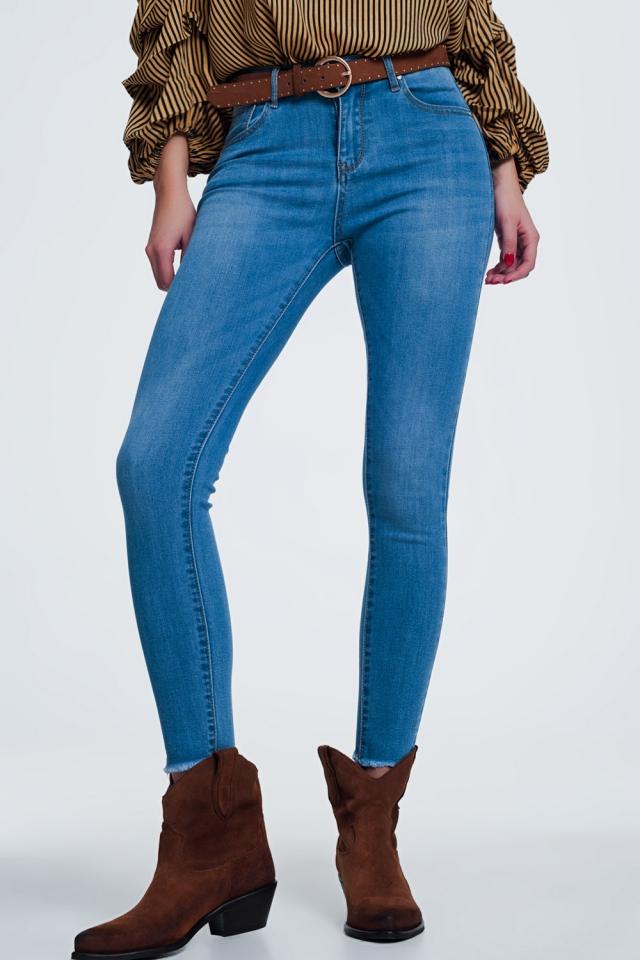 Jeans classici blu lavaggio chiaro con fondo grezzo