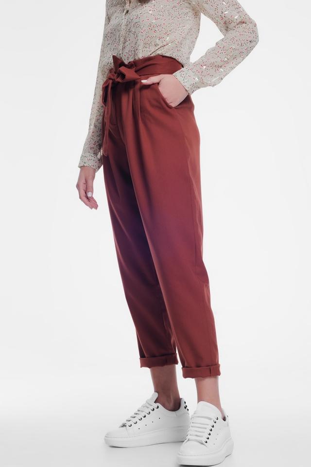 Pantalone con pinzette arancioni con una cintura
