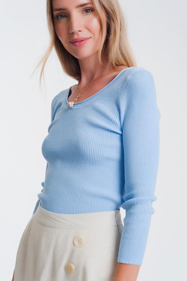 Maglione blu operato con scollo ampio