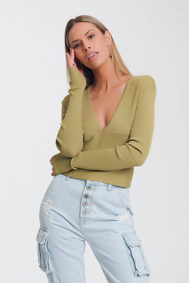 Maglione verde a coste con scollo a V