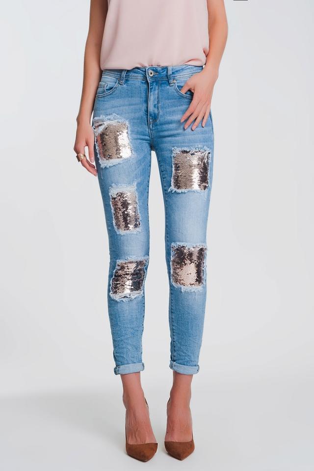 Jeans con strappi al ginocchio e paillettes