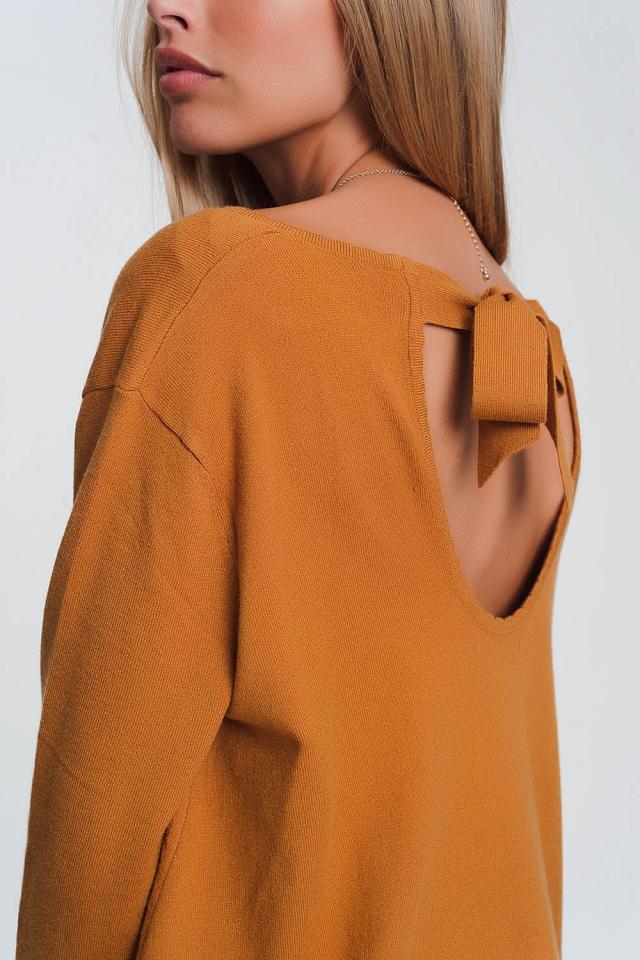 Maglione con apertura sul retro maniche lunghe e scollo a V in camel