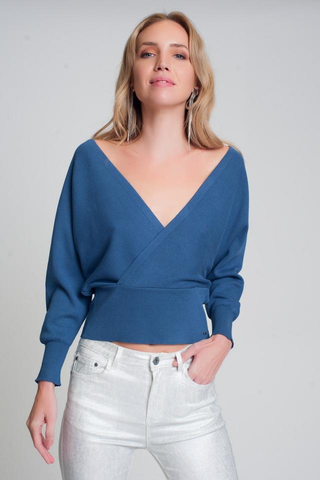 Maglione lavorato a maglia con scollo a V avvolto in blu